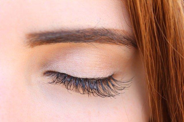 Глаз с длинными, густыми ресницами