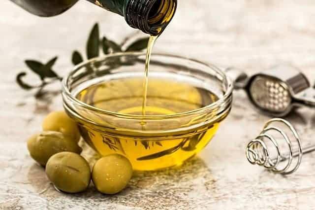 оливковое масло и зеленые оливки
