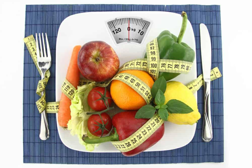 Овощи и фрукты на вашей тарелке с сантиметром
