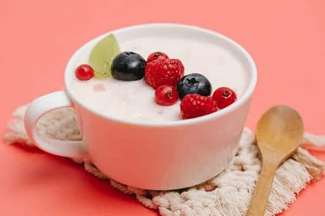 Йогурт с фруктами в стаканчике