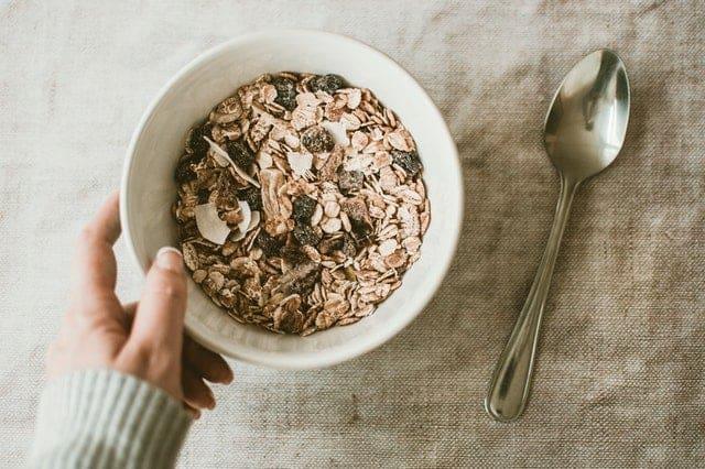 Овсянка и сухофрукты в салатнике