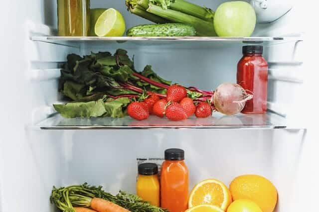 в холодильнике, овощи, фрукты и соки